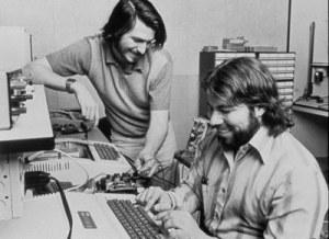 Steve Jobs (à gauche) et Steve Wozniak (à droite) dans le garage de Jobs en 1975